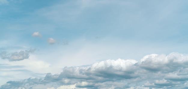 青い空に白いふわふわ雲のパノラマビュークローズアップ白い積雲雲テクスチャ背景