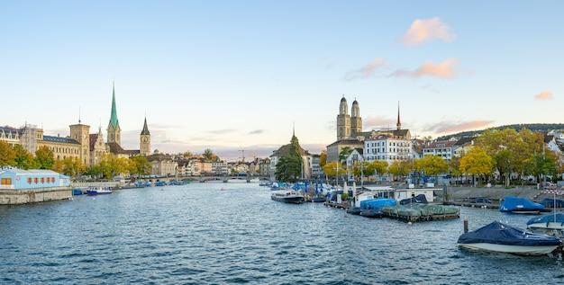 スイスのチューリッヒ市のスカイラインのパノラマビュー。