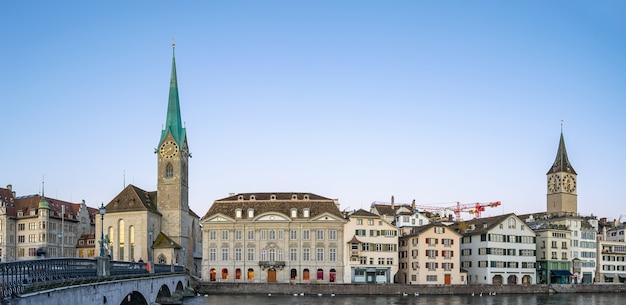 スイスのフラウミュンスター教会の景色を望むチューリッヒの街並みのパノラマビュー。