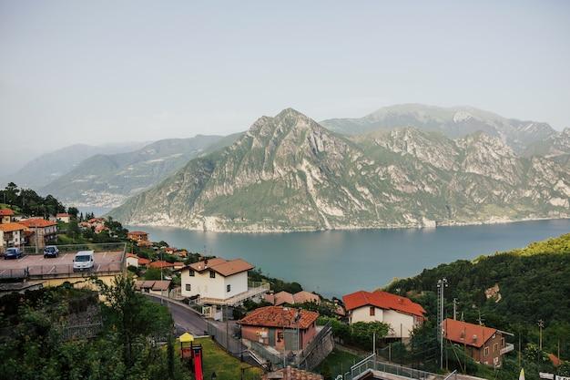 イタリアの湖、イゼーオ湖のパノラマビュー。