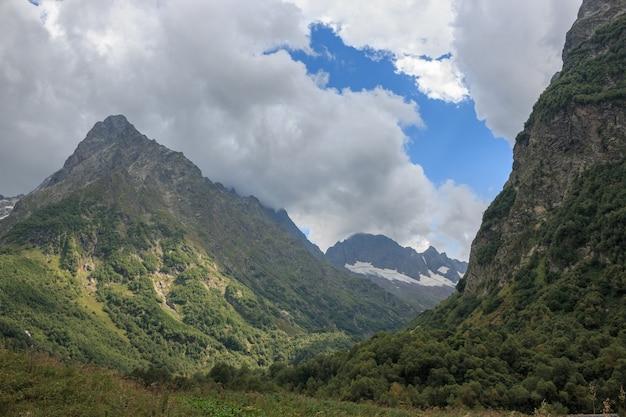 러시아 코카서스 돔베이 국립공원에 있는 산의 전경을 조망하실 수 있습니다. 여름 풍경, 화창한 날씨와 화창한 날