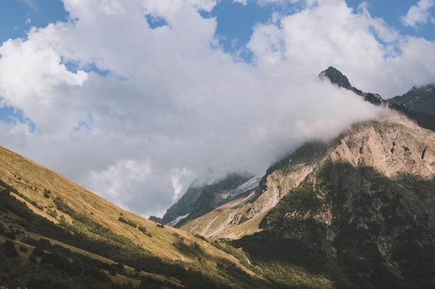 ドンベイ、コーカサス、ロシアの国立公園の山のシーンのパノラマビュー。夏の風景、太陽の光の天気と晴れた日