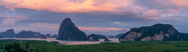 Панорамный вид на горы саметнангше в заливе пангнга с мангровым лесом в андаманском море в сумерках