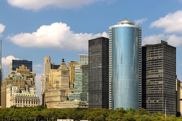 Панорамный вид с офисных зданий на горизонте манхэттена в нью-йорке в америке