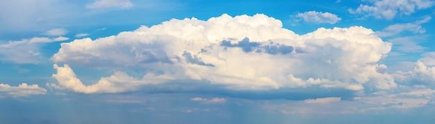 水色の空に白い巻き毛の雲があるパノラマ