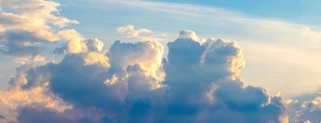 日没時に絵のように美しい空に巻き毛の雲のあるパノラマ