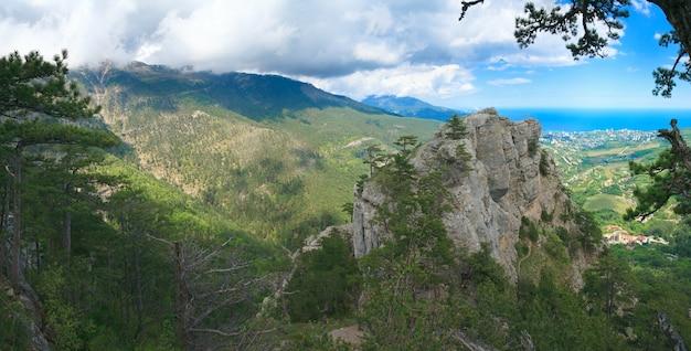 Aj-petri mount(トレイルボタニカル、クリミア、ウクライナ)の斜面と上の岩の上のキリスト教の十字架からのパノラマヤルタシティビュー。 5ショットステッチ画像。