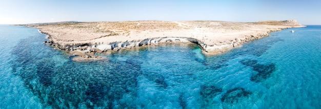 パノラマ航空写真ケープカボグレコ明るい空とクリスタルウォーター地中海キプロス