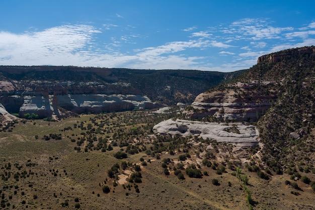 ランドマークでの山の砂漠の風景旅行活動とキャニオンアリゾナusaのシーンのパノラマ空中写真