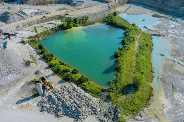 花崗岩のキャリアピットのパノラマ空中写真と、石の抽出場所にある巨大な緑の湖...