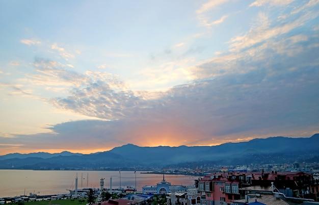 아침 광선이 있는 batumi 항구의 탁 트인 조감도, batumi city, georgia의 adjara 지역