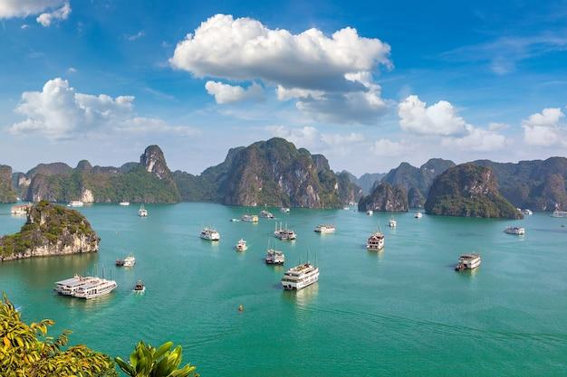 Панорамный вид с воздуха на залив халонг, вьетнам