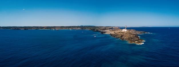 Панорамный вид с воздуха на маяк у моря