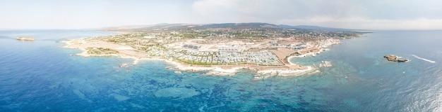 キプロスのパフォス近くの海とビーチのパノラマ空撮。明るい空とクリスタルウォーター。キプロス
