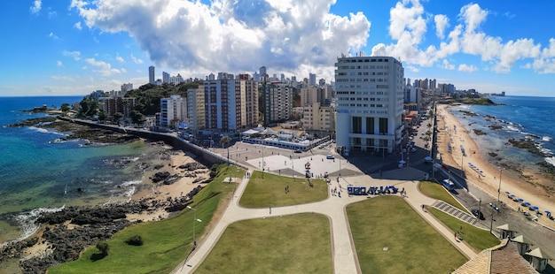 Панорамный вид с воздуха на район барра в городе сальвадор баия, бразилия.