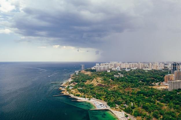 街と湾のパノラマ空撮