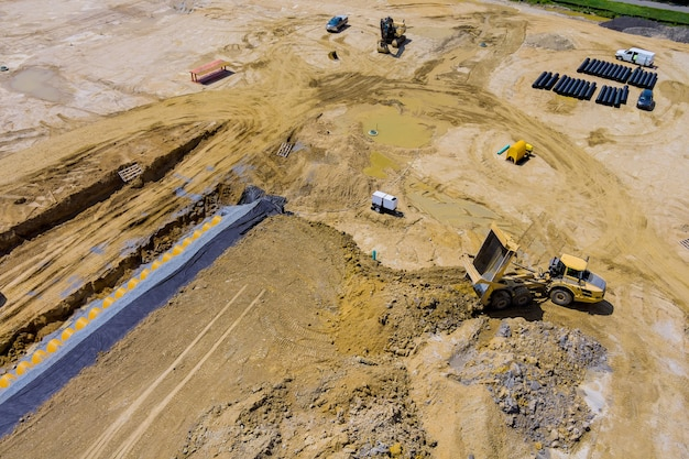 배수 빗물 시스템에서 건설 중인 지반 준비 작업의 탁 트인 조감도