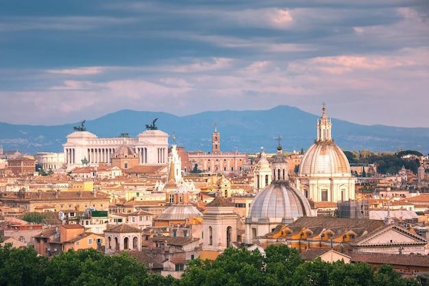 祖国の祭壇とローマ、イタリアの日没時の教会とローマのパノラマ空中素晴らしい景色