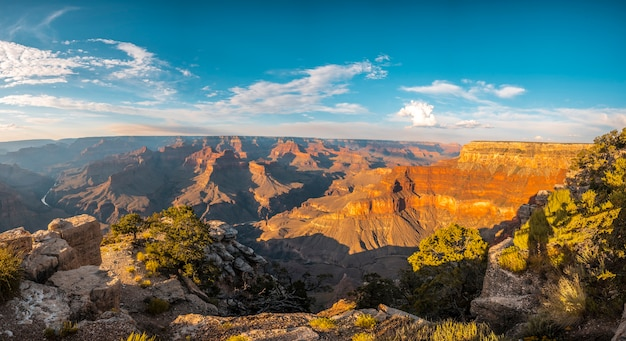 グランドキャニオンのパウエルポイントで日没時にパノラマ。アリゾナ