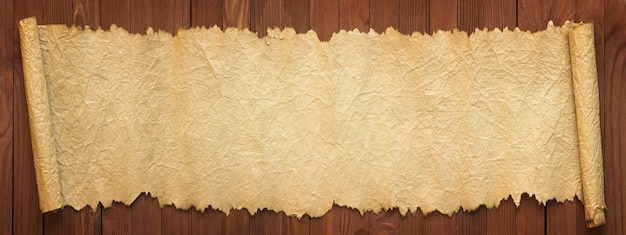 古い紙のパノラマの背景。テーブルの上の展開されたスクロール