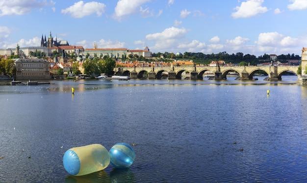 Панорамный красивый исторический памятник пражского града и карлова моста через реку влтава утром, прага, чешская республика