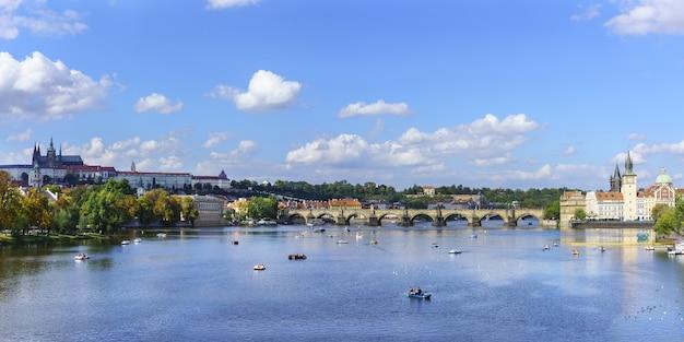 Панорамный красивый пейзаж городского пейзажа праги с видом на комплекс пражского града и карлов мост, пересекающий реку влтаву летом, прага, чешская республика
