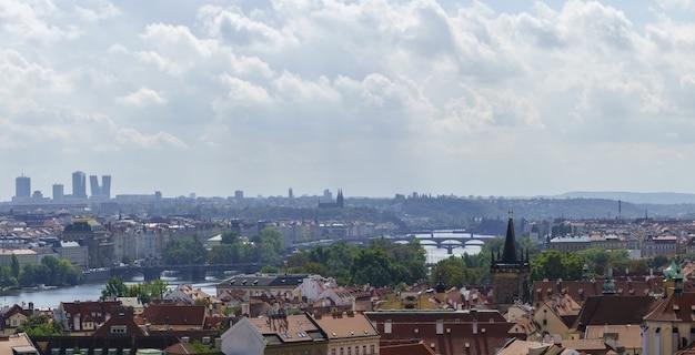 Панорамный красивый пейзаж со смотровой площадки комплекса пражский град с видом на карлов мост и городской пейзаж праги, чешская республика