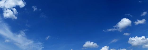 Панорамное голубое небо с облаками