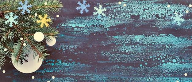 Панорамный новогодний фон с еловыми ветками и бумажными украшениями на фоне жидкого искусства
