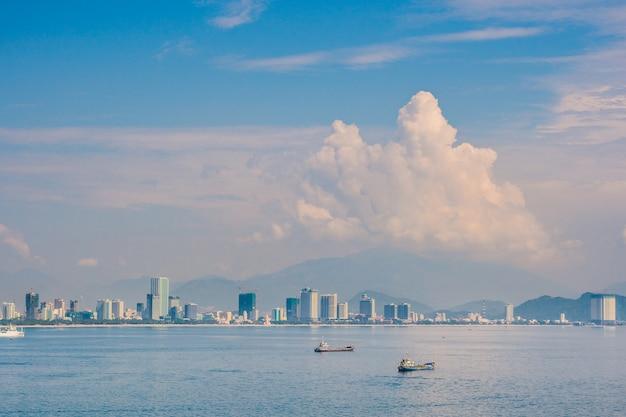 Панорамный дневной вид на город нячанг, популярное туристическое направление во вьетнаме.