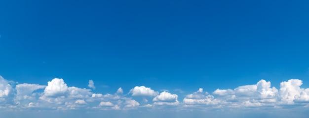 青い空に広がるふわふわの雲。晴れた日の雲と空。