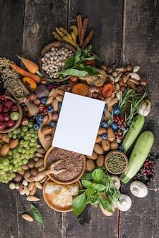 バランスの取れた食事のための有機果物と野菜の品揃えとパノラマの食べ物の背景