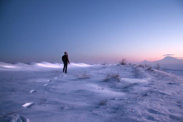 Панорамное изображение горы арарат и человека зимой