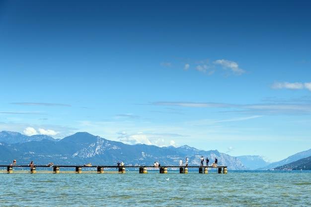 山々を背景にしたガルダ湖からシルミオーネのパノラマは、静かなシーンです。