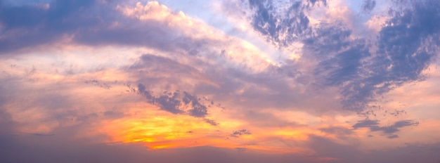 Панорамный пейзаж ярко-красного оранжевого восхода и заката
