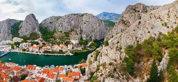 Панорамный пейзаж окруженного горами городка омиш, макарская ривьера, хорватия