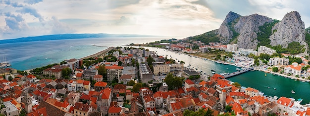 Панорамный пейзаж города омиш, макарская ривьера, хорватия