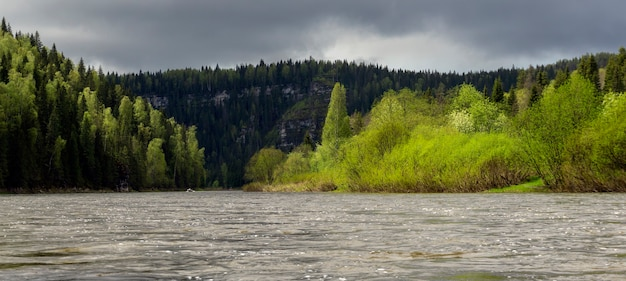 물에서 봄 전망의 해안 절벽이 있는 우랄 강 우스바의 탁 트인 풍경