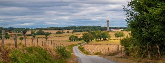 La terrade、リムーザン、オートビエンヌ、フランスの給水塔につながる道路のパノラマ風景