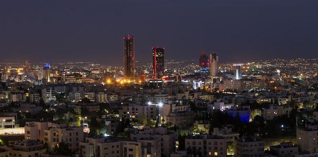 요르단의 수도 인 암만시의 새로운 시내의 파노라마 야경