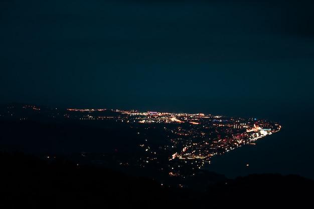 산에서 큰 높이에서 도시의 파노라마 야경