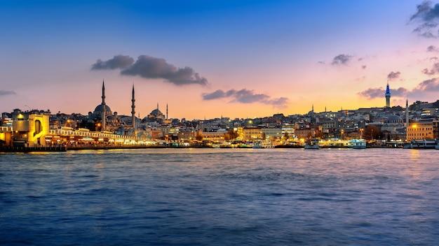 Панорама города стамбул в сумерках в турции