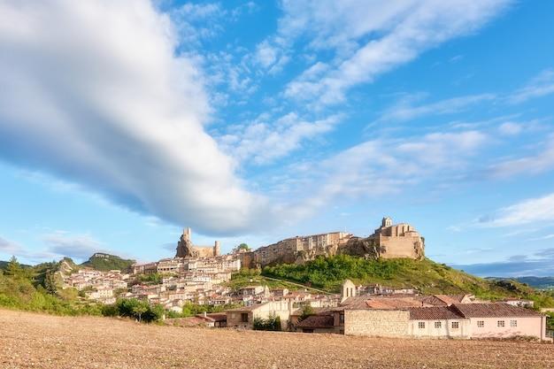 구름과 푸른 하늘이 있는 중세 도시의 전경(frias-burgos)