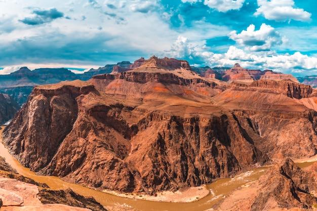 Панорамный вид на реку колорадо с тонто-уэст по тропе bright angel trailhead в гранд-каньоне. аризона