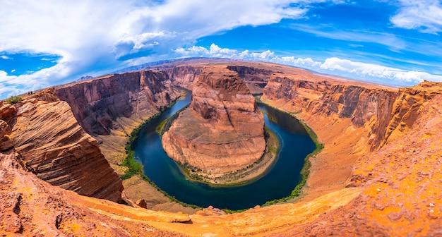 Панорамный вид на впечатляющий изгиб подковы и реку колорадо на заднем плане, аризона. соединенные штаты