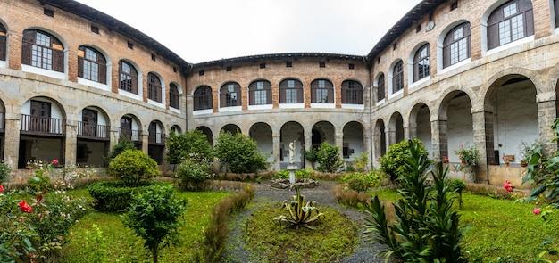 우 롤라 강 옆 아즈 코이 티아 마을에있는 산타 클라라 수도원의 안뜰 전경. don pedro de zuazola, gipuzkoa가 설립했습니다. 바스크 지방