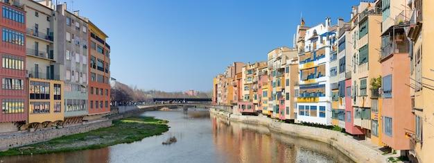 Панорамный вид на реку, протекающую через старый город жироны.
