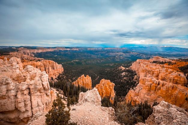ユタ州ブライス国立公園のナバホループトレイルの初めの景色のパノラマ。アメリカ