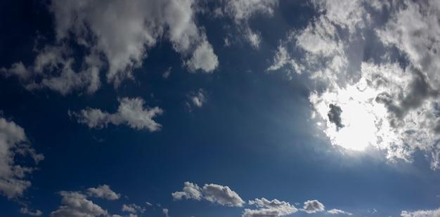 구름과 푸른 하늘의 파노라마 사진