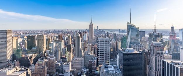 Панорамное фото небоскребов эмпайр стейт билдинг в нью-йорке, на фоне линии горизонта манхэттена.